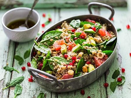 Супер салата от киноа, бейби спанак, орехи, ядки, семена и нар - снимка на рецептата